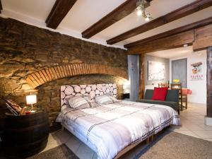 Een bed of bedden in een kamer bij Gîtes de la Maison Vigneronne, au Coeur de Ribeauvillé