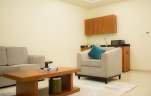 Uma área de estar em Rama Yanbu Hotel-Suite