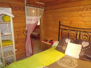 A bed or beds in a room at le chalet