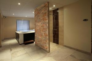 A bathroom at Hotel De La Route Verte