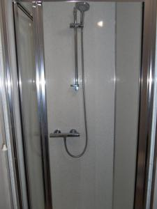 A bathroom at Warwick Lodge