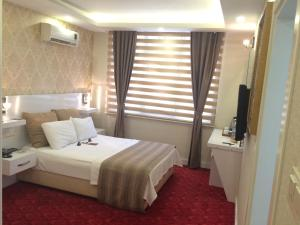 A bed or beds in a room at Cavusoglu Oteli