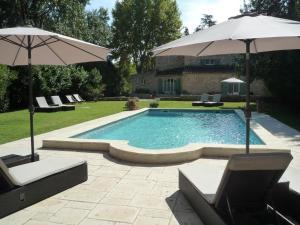 The swimming pool at or close to Mas de l'ile
