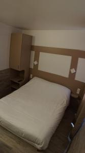 A bed or beds in a room at Acotel Confort