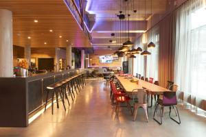 A restaurant or other place to eat at Moxy Berlin Ostbahnhof