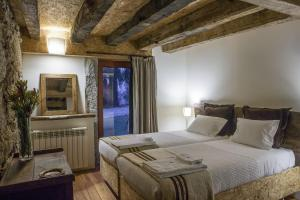 A bed or beds in a room at Quinta do Rapozinho