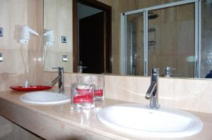 A bathroom at Hotel Santa Barbara