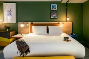 A bed or beds in a room at Mercure Bristol Grand Hotel