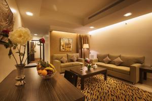 Uma área de estar em Watheer Hotel Suite