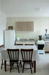 A cozinha ou cozinha compacta de Apartamento linda vista para o mar Penha Parque Beto Carrero