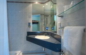 A bathroom at Holiday Inn Express Walsall M6, J10, an IHG Hotel