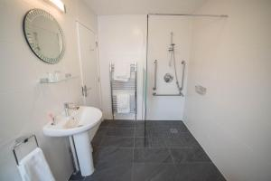A bathroom at Red Mullions Guest House