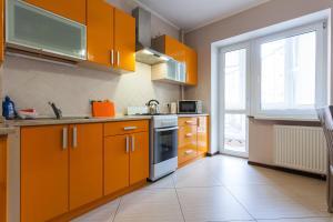 Кухня или мини-кухня в KenigApart Римская 31