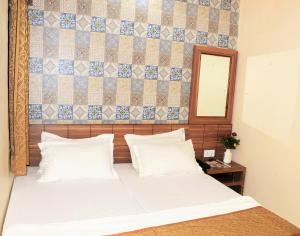 A bed or beds in a room at HOTEL ATA INN AND RESTAURANT (20 Mtrs from Dargah), Ajmer