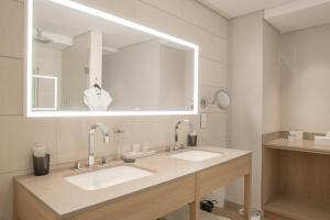 Een badkamer bij Compass House Boutique Hotel