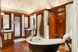 A bathroom at The Oberoi Rajvilas Jaipur