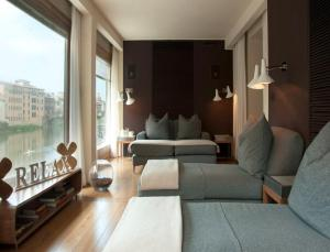 A seating area at Continentale - Lungarno Collection