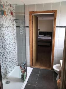 A bathroom at Oaklands (Self Check-in)