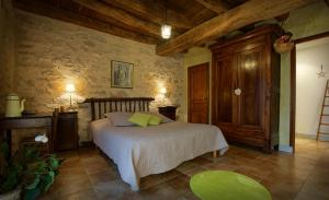 A bed or beds in a room at Chambres et Jardin de Pierres