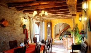 A restaurant or other place to eat at Chambres et Jardin de Pierres