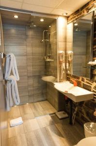A bathroom at Auberge Place d'Armes