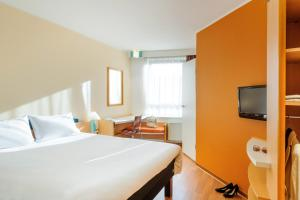 A bed or beds in a room at ibis Augsburg Hauptbahnhof
