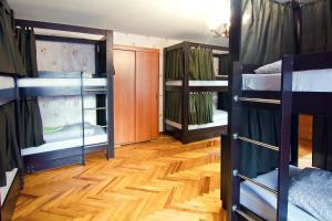 Двухъярусная кровать или двухъярусные кровати в номере Хостел Лайк