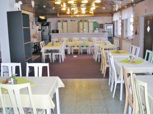 Ein Restaurant oder anderes Speiselokal in der Unterkunft Koliba Belveder