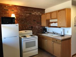 A kitchen or kitchenette at Norfork Lake Ozark Mountain Lodge