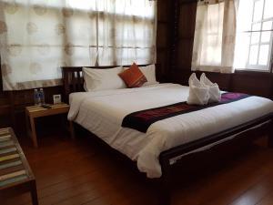 Een bed of bedden in een kamer bij Niwas Ayutthaya