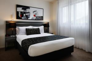 A bed or beds in a room at Direct Hotels-Kensington at Central