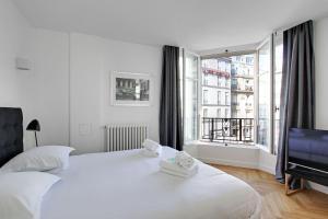 Een bed of bedden in een kamer bij Pick A Flat's Apartment in Saint Michel - rue du Sommerard