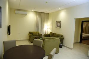 Uma área de estar em Flora Hotel Suite 2