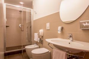 A bathroom at Best Western Hotel Globus