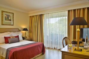 A bed or beds in a room at Hotel Cascais Miragem Health & Spa
