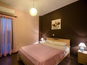 A bed or beds in a room at Queen Bee Apartment A