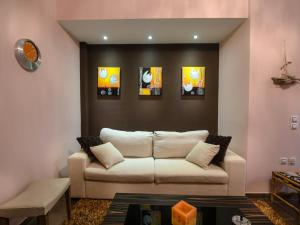 A seating area at Queen Bee Apartment A