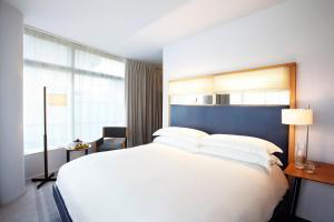 Een bed of bedden in een kamer bij The Standard - East Village