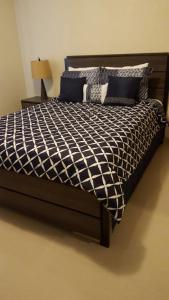 A bed or beds in a room at Beautiful 2 bedroom 1 bath