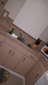 A kitchen or kitchenette at Beautiful 2 bedroom 1 bath