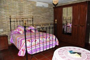 A bed or beds in a room at Hostal la Encina