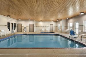 The swimming pool at or near Country Inn & Suites by Radisson, Kansas City at Village West, KS