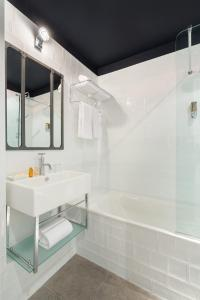 A bathroom at Hotel So'Co by Happyculture