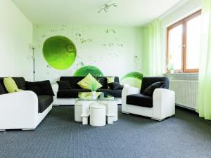 Ein Sitzbereich in der Unterkunft Large group house in Hesse with common room, terrace, garden - ideally situated