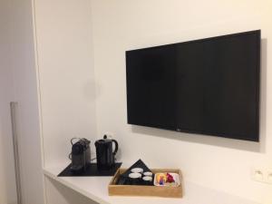 Een TV en/of entertainmentcenter bij Comfort Aan Zee Guestrooms