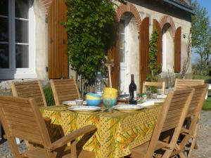 A restaurant or other place to eat at Luxurious Holiday Home in Montrichard with Pool