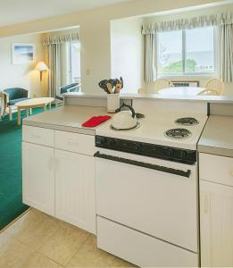 A kitchen or kitchenette at Surfcomber On The Ocean
