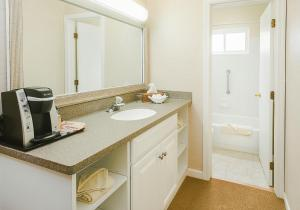A bathroom at Surfcomber On The Ocean