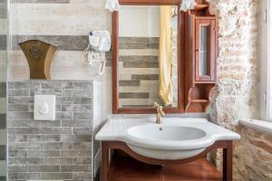 A bathroom at Pietra Rossa