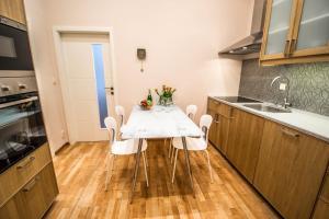 Küche/Küchenzeile in der Unterkunft Bourgeois Apartment in Cultural Heritage Building by Ruterra